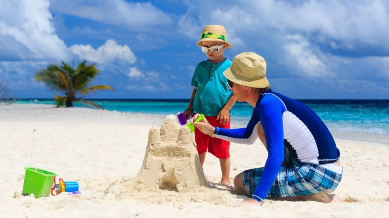 jugando en la playa shutterstock_203834839