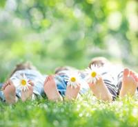Diet-descalzos-hierba-familia
